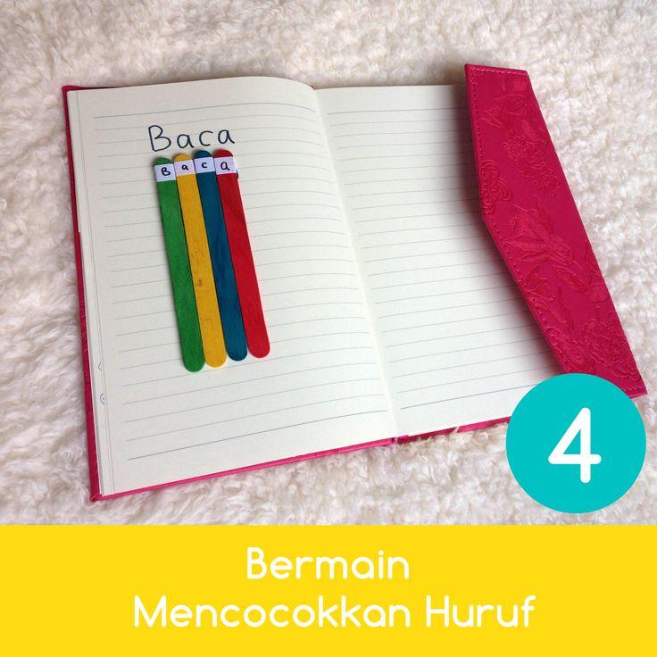 Bermain Mencocokkan Huruf   1. Tuliskan kata sederhana di selembar kertas. 2. Perkenalkan cara membaca kata tersebut dan kenalkan huruf-huruf yang terdapat di dalamnya. 2. Minta anak untuk mencocokkan huruf yang ada di kata dengan stik eskrim yang ia punya.