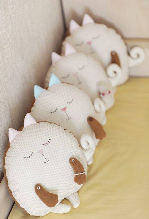 Poduszki, śpiące kotki