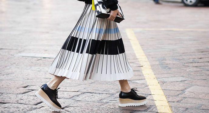 Los zapatos tipo oxfords y las faldas son una apuesta ganadora en comodidad y…