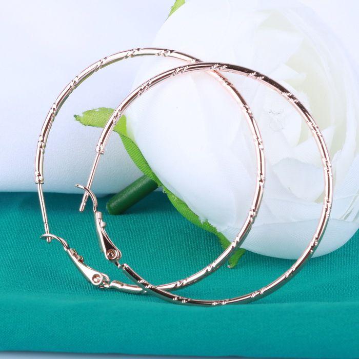 Серьги-кольца придадут образу чувственность и сексуальность. Их могут носить абсолютно все, кроме круглолицых девушек.