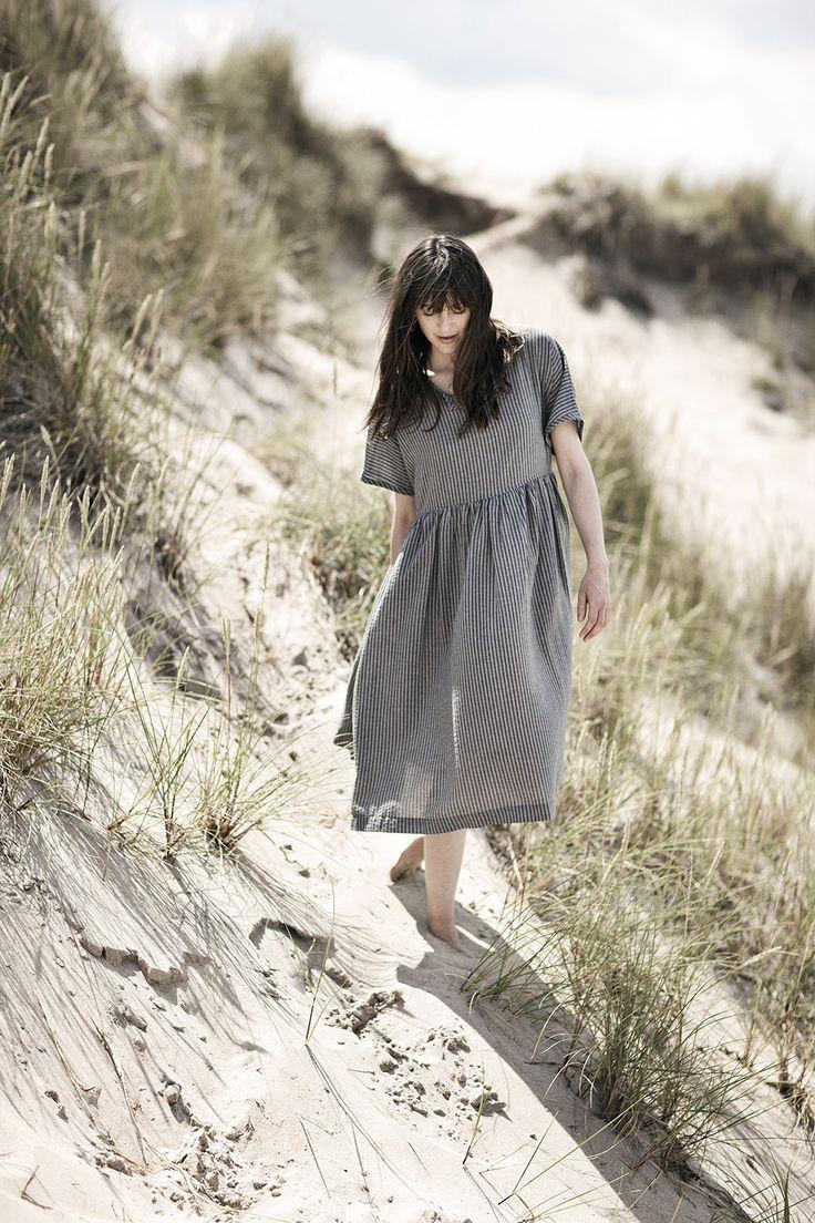 Højsommerdage, fuld sol, cykelture med bare arme, grillhygge, lyse sommernætter og den helt rigtige yndlings sommerkjole … måske denne? Det er i hvert fald tanken designet og materialet af denne kjole.