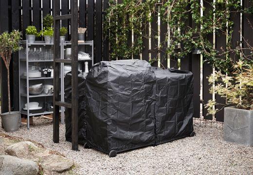 Mit Schutzbezügen wie TOSTERÖ Grillhaube in Schwarz ist deine Outdoor-Küche sicher vor den Elementen.