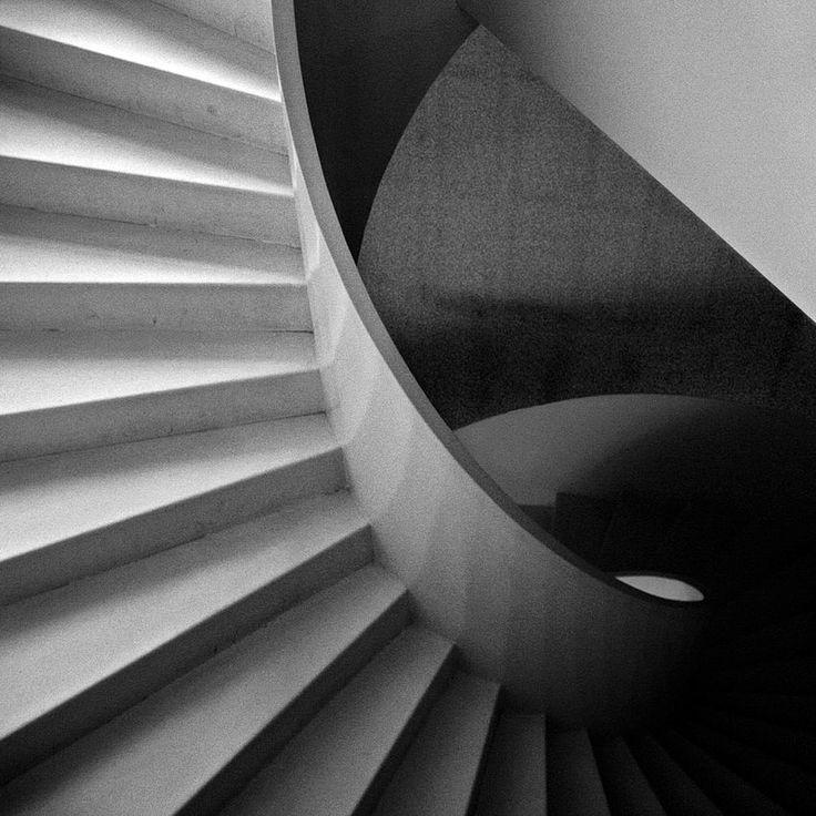 Imagem a preto e branco com o pormenor do grafismo da escada em caracol