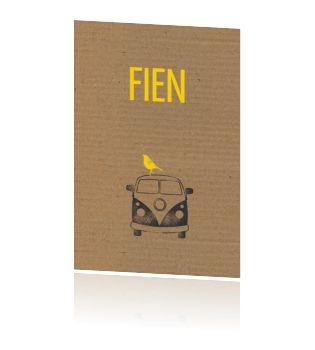 Stoer geboortekaartje voor een meisje met bus, karton en vogeltje