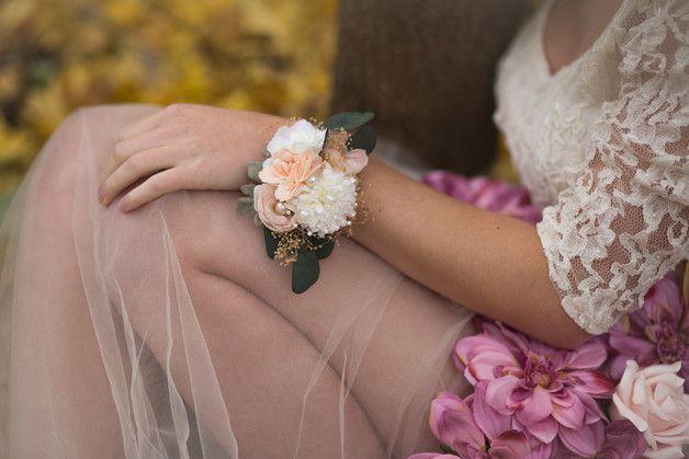 Brazaletes de flores para bodas. Pulsera de flores, ramillete de muñeca / Flower bracelet, wedding wrist corsage - hecho a mano en DaWanda.es