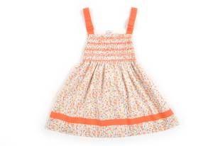 Vestido para niña con estampado de florecitas amarillas y anaranjadas. Escote cuadrado y con dos cintas anaranjadas enlazadas sobre los homb...