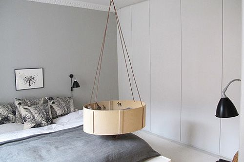 cot hanging over bed :: smart!