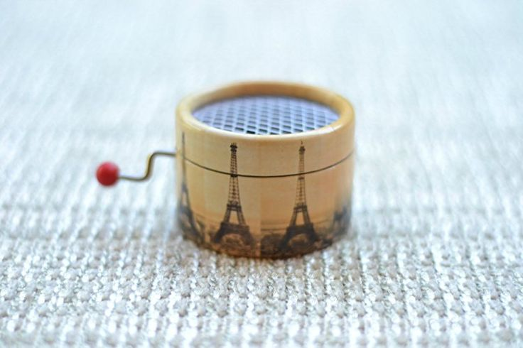 Piccolo #carillon di cartone decorato con la #TorreEiffel che suona il Valzer di #Amelie.