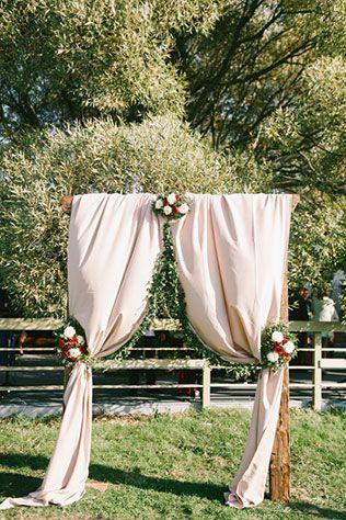 Яркая свадьба с красными акцентами, свадебная арка