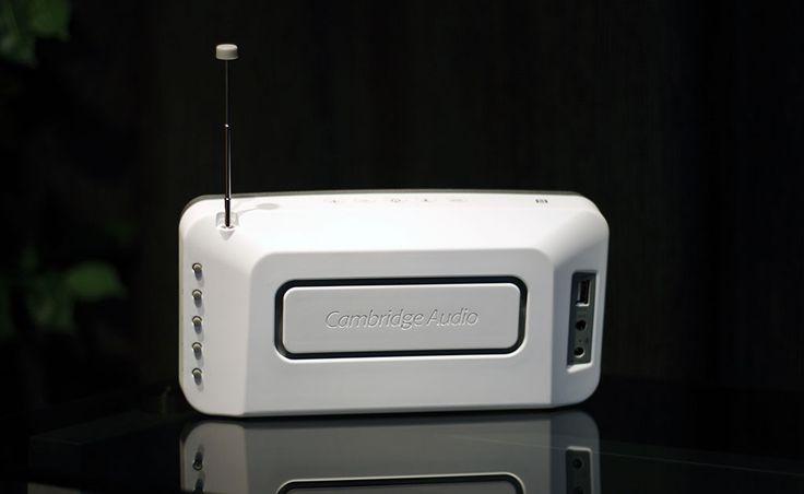 Unikátní kombinace bluetooth reproduktoru a FM rádia dokazuje, že malé přístroje mohou znít příjemně a nepřehánět to s efekty. Takové je dospělé Cambridge Go Radio.  Více na http://www.hifi-voice.com/testy-a-recenze/bezdratove-reproduktory/1041-cambridge-go-radio