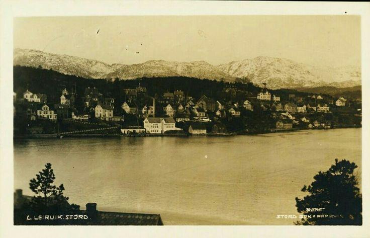 Hordaland fylke Stord, LEIRVIK, Utsikt mot bebyggelse, bl.a. Stord Preserving Utg Stord Bok & Papirhandel Postgått 1923