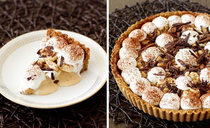 Banoffe pie är lätt att älska - fylld med knäckig kolasås, söta bananer, fluffig grädde, mörk choklad och krispig digestivebotten. Behöver vi sälja in den mer?