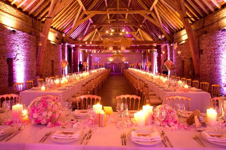 Een sfeerbeeld van de zaal ... In de luster hangt er aspargus die goud gespoten is... Gouden stoelen en de rest van de accenten zijn oud roze en beige ...