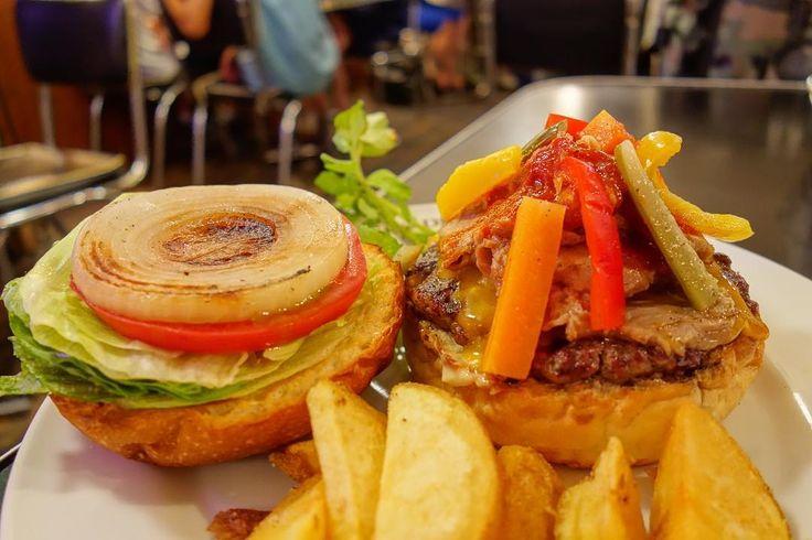今月のマンスリーは #スパイシーポットローストバーガー 香味野菜とじっくり焼き上げた豚肩ロースに自家製ピクルスピリ辛の自家製シラチャーソースと豚肩ロース肉がめっちゃ合う #food #foodporn #meallog #burger #burger_jp #ハンバーガー # #tw