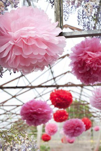 Pom Rouge – (3-delig) Geen feest meer zonder het nieuwste ENGEL. product Pom, want deze gave gekleurde bollen van stevig vloeipapier zijn een feest op zich. Of je ze nou in een kinderkamer of op je verjaardagsfeest ophangt; iedereen wordt er blij van. Verpakt in een prachtig doosje vind je drie Poms in mooie matching kleuren (rood, roze, zacht roze) met een doorsnee van 45, 47 of 50 cm.