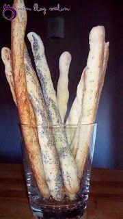 Gressins pour un apéritif léger   Mes gressins maison aux graines de pavot  Vous prévoyez un apéritif entre amis ou en famille? Vous cherchez le fait maison pour épater vos convives et voulez quelque chose d'original? Cette recette est faite pour vous. Pour ma part je fais le mélange avec ma machine à pain pour plus de rapidité. Vous pouvez toujours le faire à la main le résultat sera identique. Pour 30 gressins maison  240 ml d'eau 2 cuillères à soupe d'huile 1/2 cuillère à café de sel 1…