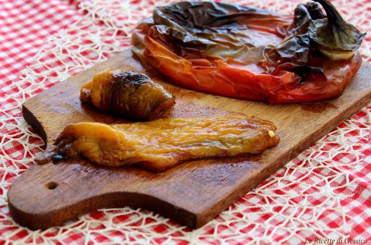 Metodo per capire come cuocere e spellare i peperoni al microonde in modo facile e veloce come quelli arrostiti sulla griglia.