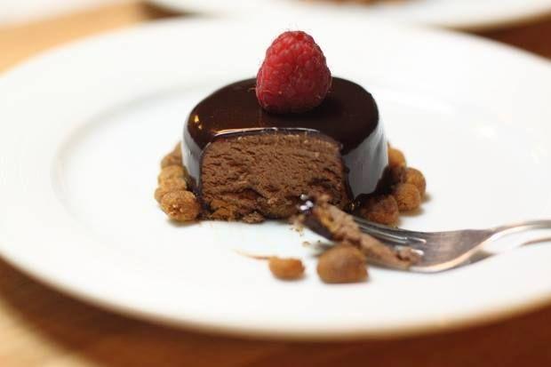 Mousse leggera di cioccolato fondente con glassa lucida e lamponi