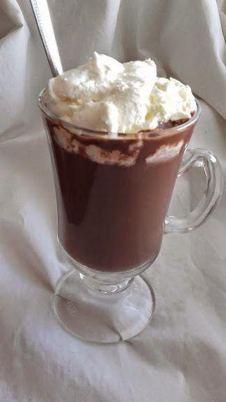 Hozzávalók :   - 10 dkg étcsokoládé  - 2 dl tejszín  - 1 ek. kakaópor  - 2-2,5 dl tej  - 2-4 ek porcukor, ízlés szerint  - 0,5 dl r...