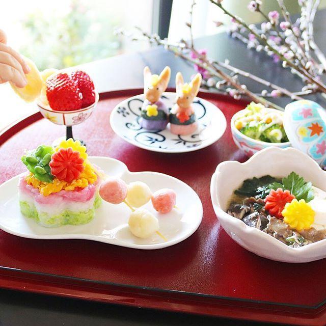 mirrormirroronthewater・ ❇︎ Today's lunch for my baby girl ❇︎ 今日の娘ランチは ・ ❇︎ ちらし寿司ケーキ (Cake shaped Sushi) ❇︎ すき焼き (Sukiyaki) ❇︎ ウサギさんソーセージのおひなさま (Rabbit Hina dolls made from sausage and sweet potato) ❇︎ ブロッコリーとコーンのマヨソース (Broccoli and Corn with mayonnaise sauce) ❇︎ バナナといちごのヨーグルトパフェ (Banana and Strawberry Yoghurt parfait) ・ です。 ・ ちらし寿司ケーキ、そういえば一回やってみるかと思い立って先日の菱餅子さんの時の三色ごはんをベースに、お野菜のお花などでトッピングしてみました〜。 ・ 1歳児用なので酢飯ではなく、生もののネタものってないし錦糸卵も炒り卵なのだけど娘の食いつきがものすごく良くてひなまつりの本番に、もう一度作ろうかな?と思ってまーす。 ・…