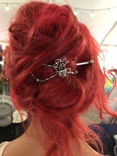 French Twist mit einem Flexi-Clip. Schnelle 30 Sekunden Frisur für Sie. Schöne Frisur, die den ganzen Tag dauert. ift.tt/2YEttqz #red #color #flexi #fle ...