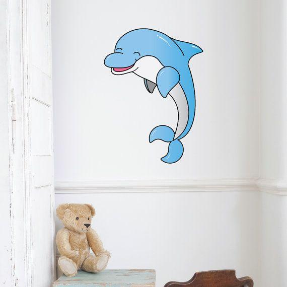 Dolfijn Kids Cartoon muur Sticker  Voor die kinderen die graag ontsnappen in de mysterieuze en magische diepten van de zee.  Laat uw muren weerspiegelen waar uw kind eerder zou zijn. Onze onder de Zeedijk stickers krijgt uw kind kamer of kwekerij met een onderwater sfeer die uw kind zal aanbidden.  Plaats deze stickers rond kinderbedjes of boven bedden om een interactieve gevoel dat uw kind zal koesteren. Met de optie om slechts één onder de zee sticker of meerdere te kopen, zijn de…