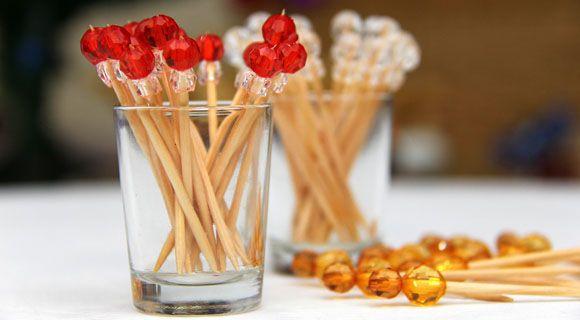 Preciso fazer para a próxima festa! Palitinhos de dentes com miçangas (só colar com cola quente!) e tchram!