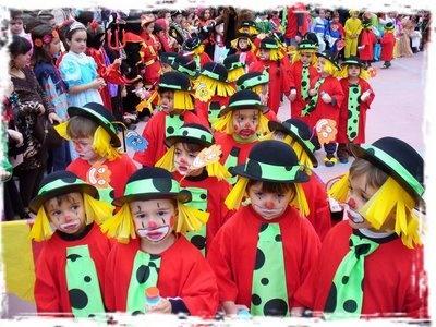 mil ideas para hacer disfraces con bolsas rojas de basura un disfraz de un precioso payaso | http://www.multipapel.com/producto-Bolsas-de-basura-de-colores-para-disfraces.htm