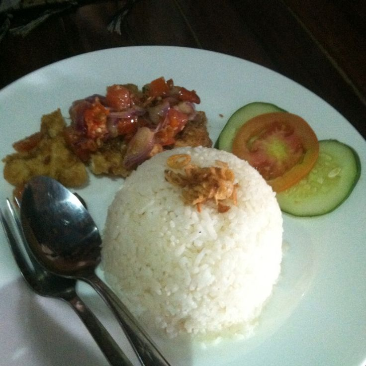 Fried chicken with rice and sambal mantah Sambal mantah is a sambal from bali with ingridient onion, chili, oil, and salt
