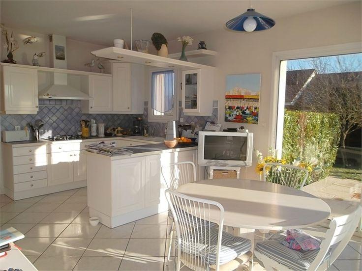 Au coeur d'un terrain de 1300 m², maison contemporaine de 270 m² située à Dijon à vendre chez Capifrance.     Datant de 1995 offrant de belles prestations.    Plus d'infos > Catherine Duruz, conseillère immobilier Capifrance.
