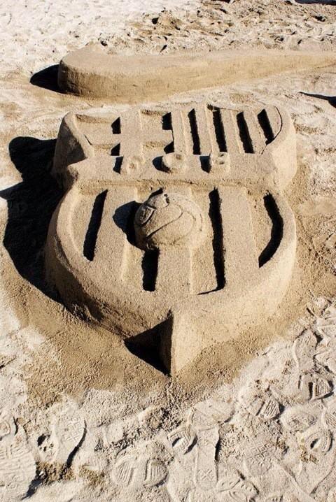 Picture: Sand-made Barça logo [via @laolu_dee]