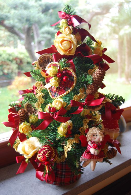 CHRISTMAS TREE - PatriziaB.com  Yultide tree decorated with a refined bouquet of yellow roses, lemons, berries and cherries tied with fancy two-coloured satin bows