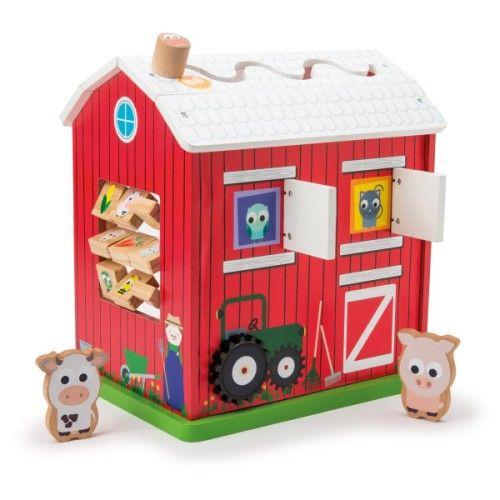 Cette grande ferme d'activités est riche en possibilités de jeux. Elle propose 5 activités. Un jeu de premier labyrinthe sur le toit, un jeu de cache-cache avec le chat et l'oiseau cachés derrière les volets, un jeu d'engrenage des moulins à vent, un jeu d'association et un jeu de manipulation. L'enfant explore cette grande maison et en découvre les activités. Il joue aussi avec la vache et le cochon en bois. Cette ferme est un grand espace de jeu pour imaginer des histoires à faire vivre à…