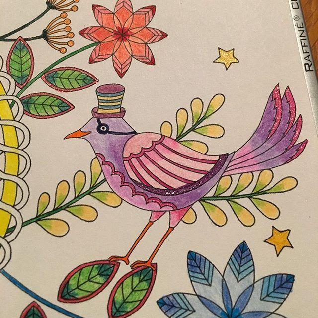 Detail 😊 #wip #workinprogress #bird #glitter #blue #gelpen #glittergelpens #stars #amilyscolorfulwonderland #amilyswonderland #amilyshen #coloring #coloringbook #coloringbookforadults #adultcoloringbook #colouring #kleuren #kleurenvoorvolwassenen #vogel #blauw #hat #hoed #aliceinwonderland #marcoraffine #purple #pink #roze #paars