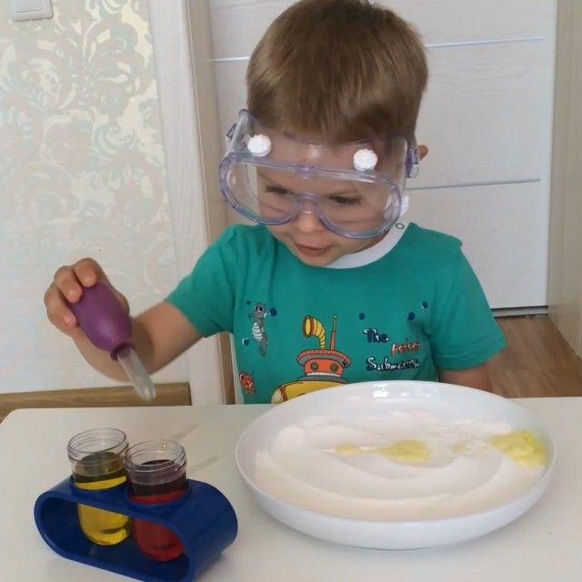 Большой набор юного химика Primary Science Lab Set от #LearningResources это наш хит уже как месяц . Признаюсь, не думала , что сын с такой любовью к нему отнесется , но теперь все подобные игры с водой и  содой - только с этим набором ! Даже в ванну мыться строго в очках . Всё посмотреть о наборе, а так же купить можно  на страничке  у @m4y_kids , он нереально классный, рекомендую мальчикам и девочкам, подойдет от 1,5г, но под присмотром родителей конечно, ну и на долгие годы .. Мужу...