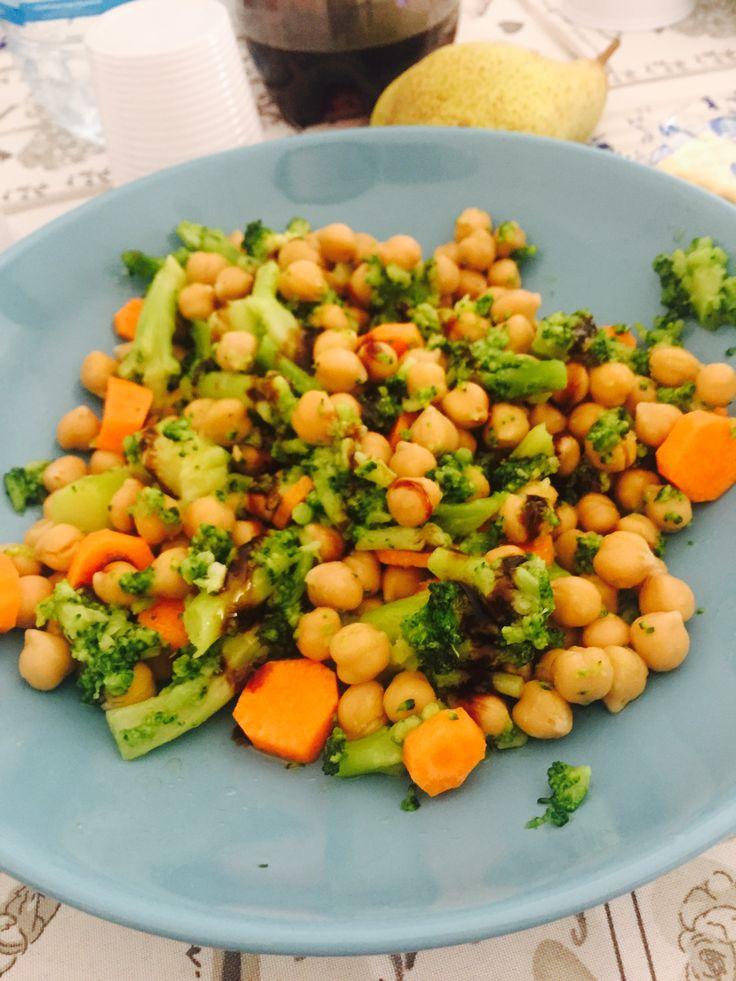 Insalata di ceci + broccoletti + carote condita con un po di olio e aceto balsamico