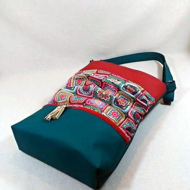 Jana+xxl-babiččiny+čtverečky+koženková+sportovně+elegantní+kabelka+ušitá+z+bavlněné+látky+s+motivem+kytiček+Výrobce+Blend+Fabricstyrkysové+a+červené+koženky+na+předním+díle+ve+spodní+části+menší+zipová+kapsa+přední+látkový+díl+je+z+bočních+stran+nařasený+zapínání+na+zip+uvnitř+bavlněná+látka+dvě+různě+velké+kapsy+a+jedna+zipová+kapsa+niklové...