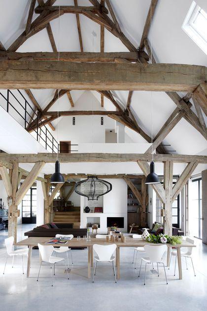 Une ancienne grange rénovée en un loft bien charpenté - Côté Maison