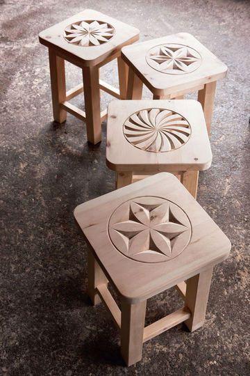 Des tabourets en bois sculpté
