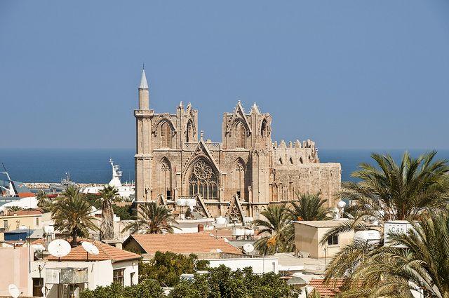 Famagusta | A sziget észak-keleti, a törökök által lakott részén található Ciprus látnivalókban talán leggazdagabb, különös hangulatú városa. A városban és környékén számos nevezetesség található, pl. az ősi város Salamis romjai mely évszázadokig a sziget fővárosa volt az ókorban, de itt található Ciprus legnagyobb temploma a St. Epiphanius Bazilika, a St. Barnabás Monostor és az Archeológiai Múzeum is.
