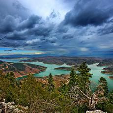 Τα πέτρινα κομψοτεχνήματα στεριώνουν στους κάμπους και στα βουνά της Θεσσαλίας, εκπλήσσουν με την τελειότητά τους και σηκώνουν στις πλάτες τους τον λαϊκό μας πολιτισμό.    Φωλιάζουν στα πιο δυσπρόσιτα σημεία της Ελλάδας. Κρέμονται σε χαράδρες, στεφανώνουν τις πιο άγριες όχθες, ορθώνονται πάνω από ορμητικά νερά. Τα πέτρινα αριστουργήματα της λαϊκής τέχνης δαμάζουν τα στοιχεία της φύσης.  Με την αξεπέραστη συμμετρία τους διασφαλίζουν την ανάγκη για επικοινωνία σε μια Ελλάδα ορεινή, δύσβατη, με…