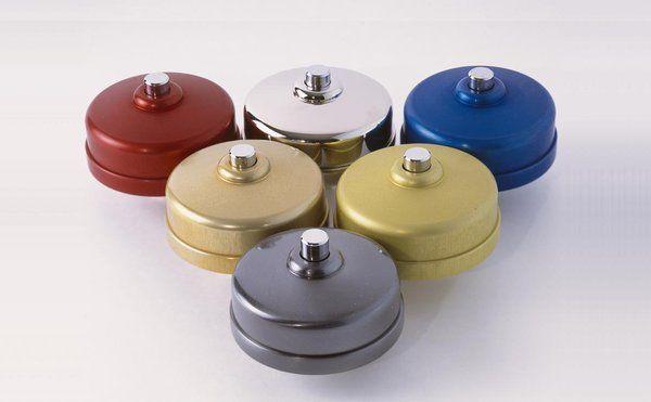 Un petit air rétro, pour ces boutons de sonnette macaron en laiton ou aluminium massif. Collection Volumes.