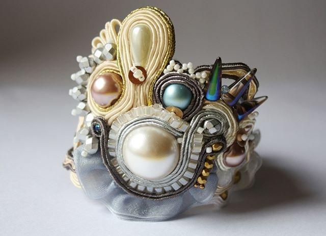 #handmade #bransoletka #bransoleta #sutasz #soutache #ślubna #biżuteria #ecru #szara #tiul #style #rock #srokaprojekt