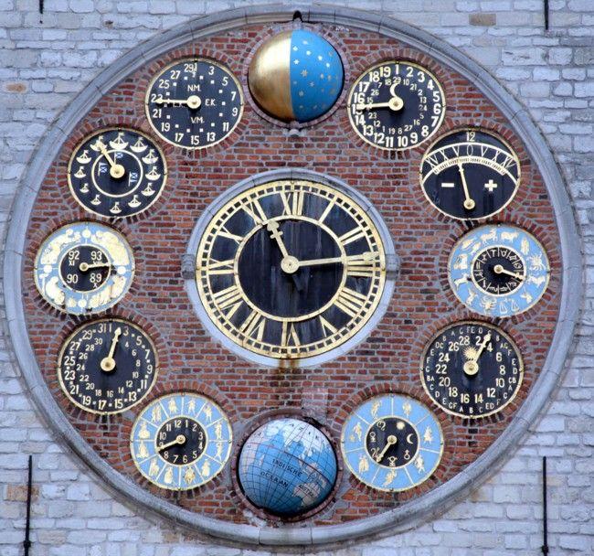 Les 12 cadrans=>cycle lunaire (cycle 19 ans)/équation de temps/zodiaque12 signes/cercle solaire (cycle 28 ans) années bissextiles 2 lettres contre 1pour les autres/ jour par des divinités gréco-romaines/rotation de la terre avec symbolisation des méridiens/ calendrier grégorien par des symboles/ calendrier des dates/cadran des saisons nombres indiqués =durée de chaque saison en jours et heures/cadran des marées/lunaison (cycle 29 jours), avec l'indication des quartiers de lune/phases de la…