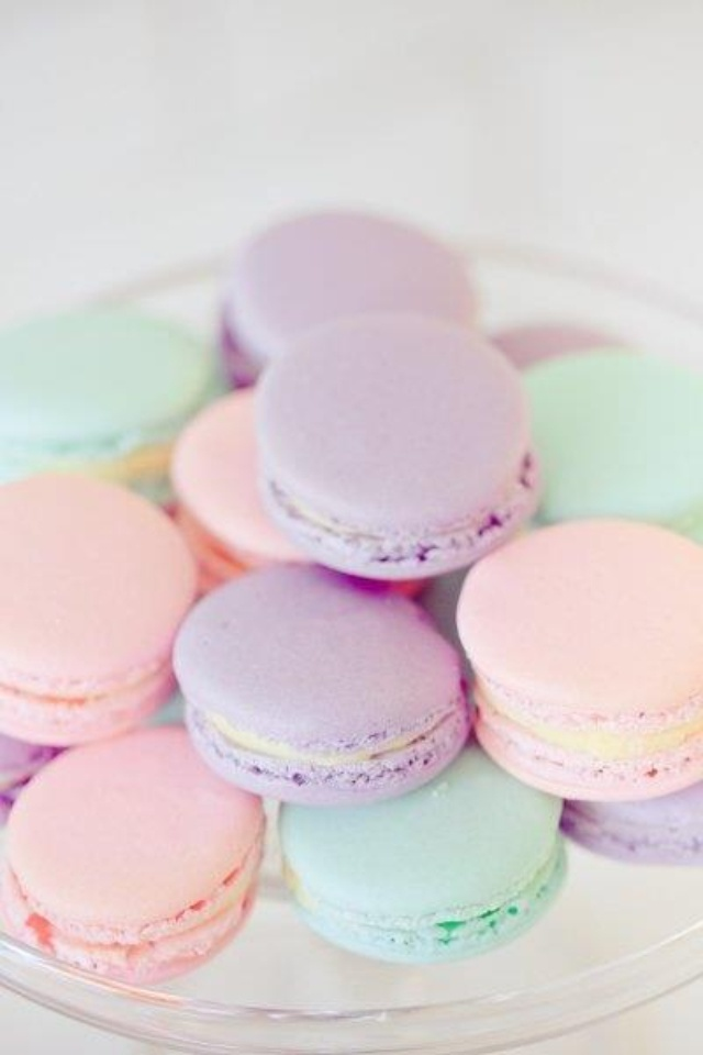 Ahh lookit that perfect piping! <3 Pastel macarons