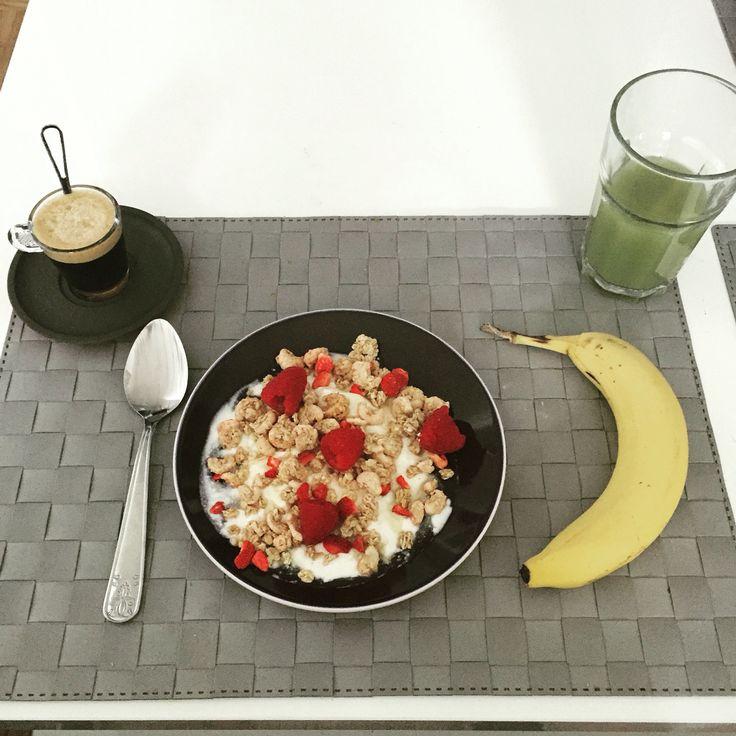 Petit déjeuner, café Nespresso, Banane, jus pomme/kiwi, fromage blanc 0%, muesli [Jordans] au fraises, framboises et miel.