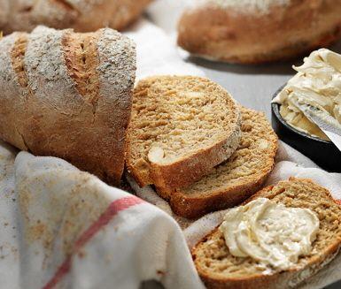 Det här mandel- och pomeransbrödet passar med sin nöt- och fruktighet extra bra i julens brödkorg. Ät det ihop med senap och julskinka eller, för den delen, bara lite smör och ost.