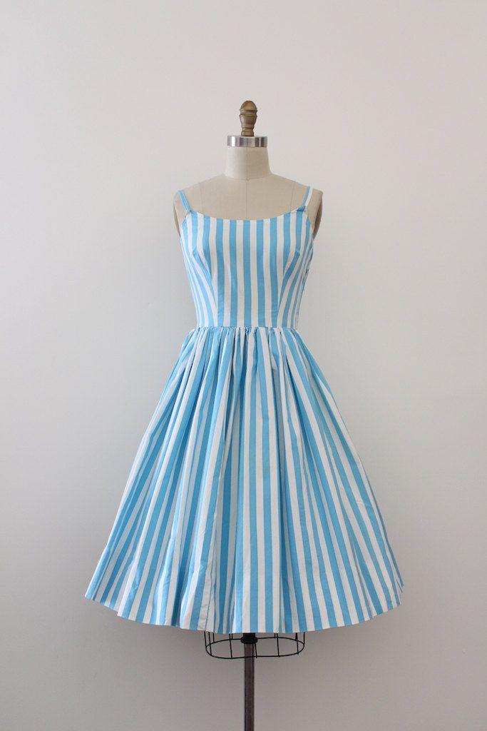Super leuke dag van de blauwe gestreepte jurk uit de jaren 1950. Deze jurk heeft een ingerichte bovenlijfje en taille met een volledige rok.