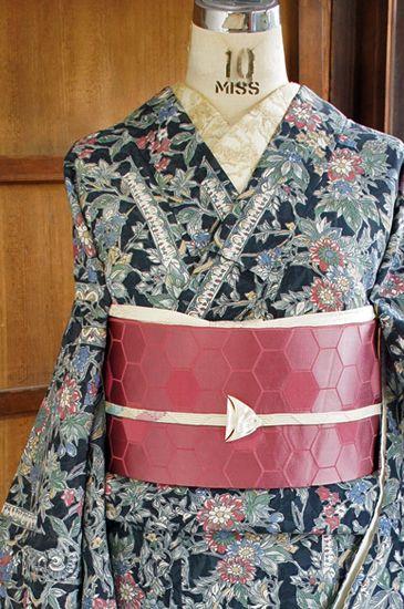 Romantické vyložené kimono, jako je Evropská reliéfu a rostlinného vzoru krásným…