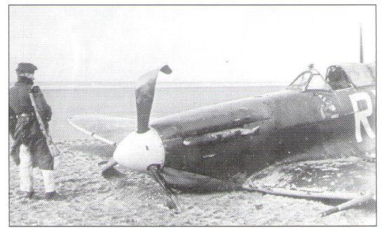 Spitfire Mk.Vb AA865 po nouzovém přistání na břicho na pláži. Pilot V.Truhlář